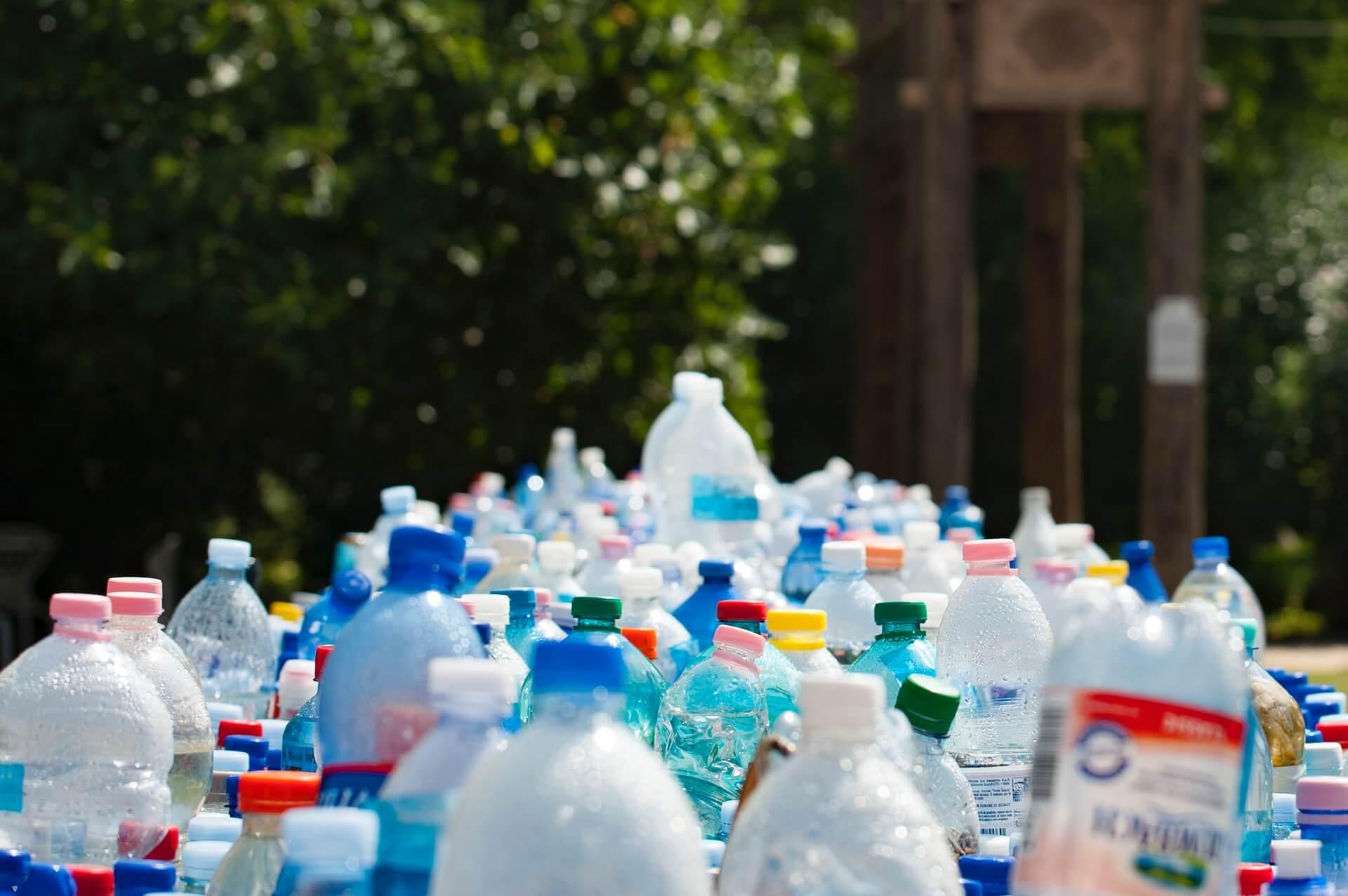 maceteros con botellas de plástico